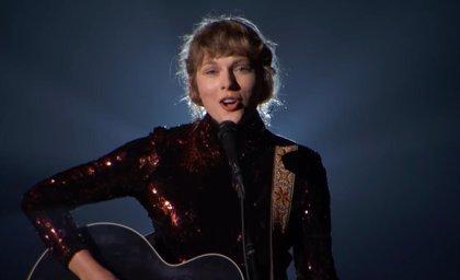 Taylor Swift regresa a sus raíces country con su íntima interpretación de Betty en los premios ACM 2020