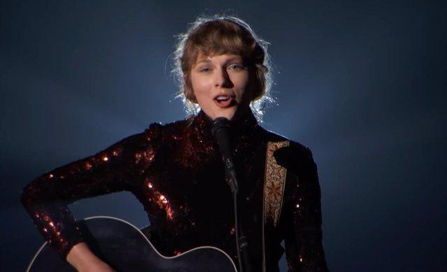 Taylor Swift regresa a sus raíces con su íntima interpretación de Betty en los premios ACM 2020