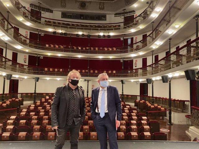 El Presidente Accidental De La Diputación, José María Bravo, Junto Al Director Del Teatro, Marco Antonio Costa.