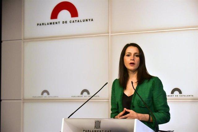 La presidenta de Ciudadanos, Inés Arrimadas, en una rueda de prensa en el Parlament de Cataluña.