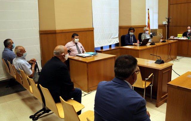 Pla mitjà dels quatre acusats en el judici a l'Audiència per la vigilància fraudulenta en pisos de la Mina, el 15-9-20 (horitzontal).