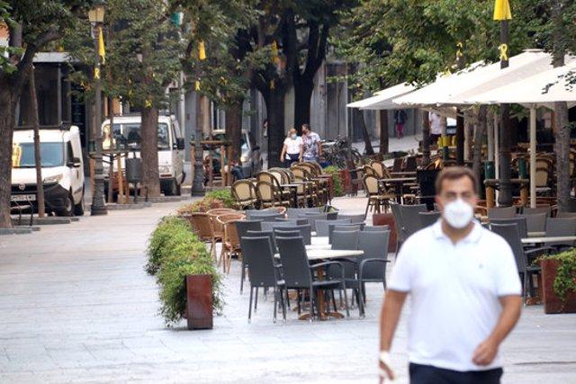 Pla obert de diverses terrasses de la Rambla de Girona totalment buides el 15 de setembre de 2020 (Horitzontal)