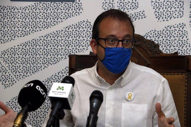 Pla mitjà on es pot veure l'alcalde de Mollerussa, Marc Solsona, en roda de premsa, el 15 de setembre de 2020. (Horitzontal)