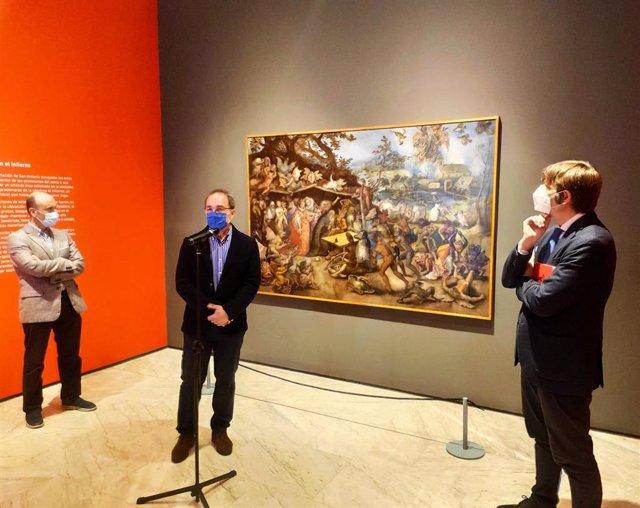 El director general de Cultura, Pablo León, el conservador del Museo de Bellas Artes, Gabino Busto, y el director del Museo de Bellas Artes de Asturias, Alfonso Palacio, presentan la muestra 'El diablo, tal vez'.