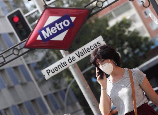 Una mujer pasea al lado del metro de Puente de Vallecas, en Madrid (España), a 16 de septiembre de 2020. Puente de Vallecas es el distrito de la ciudad de Madrid que mayor número de positivos por coronavirus ha registrado estos últimos 7 días (del 7 de al