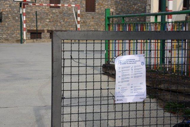 Pla de detall d'un cartell sobre les mesures sanitàries de la covid-19 col·locat a l'entrada de l'Escola Ridolaina de Montellà i Martinet (Cerdanya). Imatge del 17 de setembre de 2020 (Horitzontal).