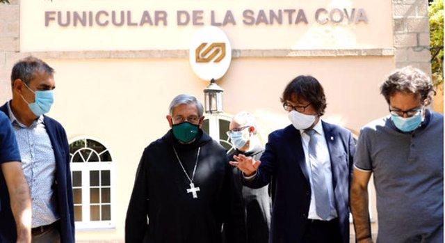 El president d'FGC, Ricard Font, amb el pare abat de Montserrat i altres autoritats. Imatge del 15 de setembre del 2020. (Horitzontal)