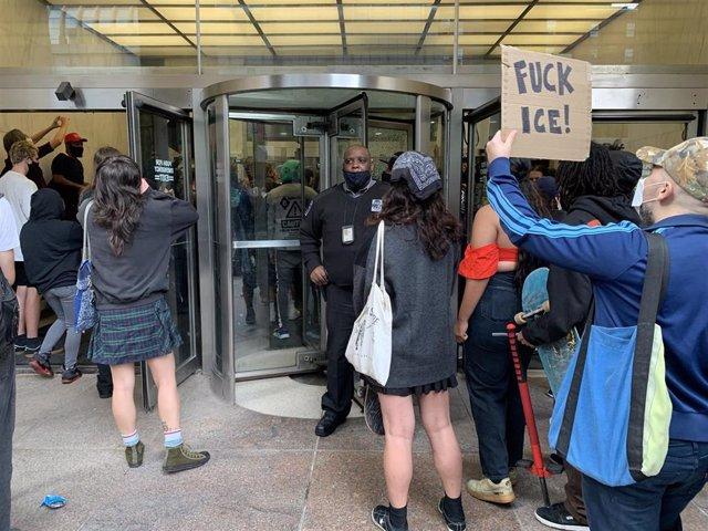 Protesta en Nueva York ante la oficina de la agencia de Control de Inmigración y Aduanas por las esterilizaciones a mujeres en un centro de detención de migrantes en Georgia