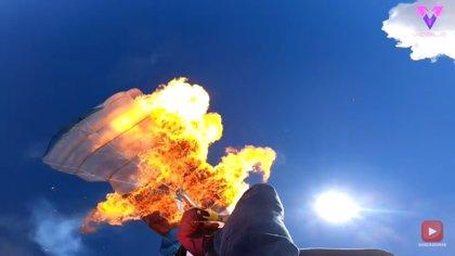 Un paracaidista prende fuego a su paracaídas mientras se encuentra a 7.000 pies de altura