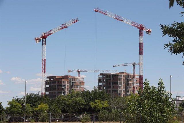 Edificio en construcción en Madrid (España), a 6 de julio de 2020. El precio medio de la vivienda terminada (nueva y usada) en España ha descendido un 1,1% desde el inicio del estado de alarma, según el índice general de la estadística Tinsa IMIE General