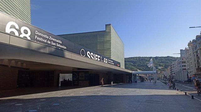 Exterior del Kursaal con el logo de la 68 edición del Festival de San Sebastián