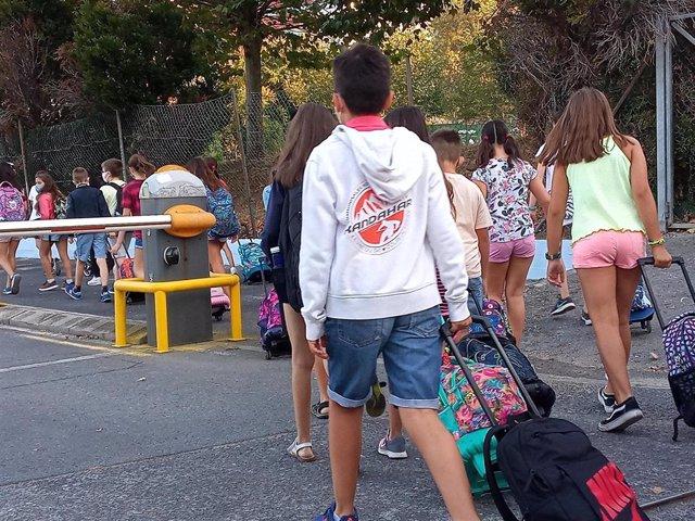 Varios alumnos entran al Colegio Salesianos Deusto