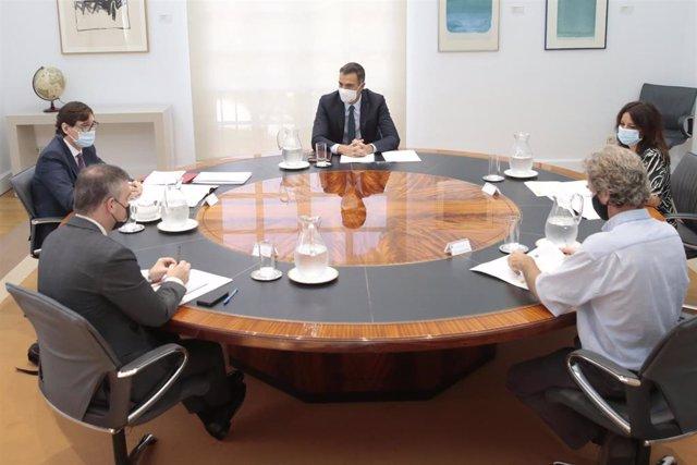 El presidente del Gobierno, Pedro Sánchez, preside la reunión del Comité de Seguimiento del Coronavirus, a la que asiste el ministro de Sanidad, Salvador Illa (a su derecha). En Madrid, (España), a 28 de agosto de 2020.