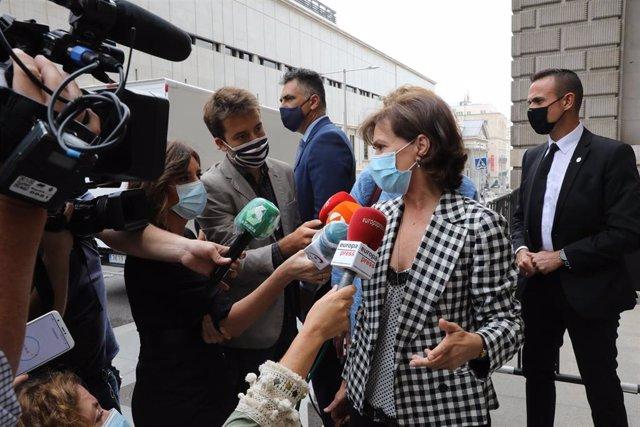 La vicepresidenta primera del Gobierno, Carmen Calvo, ofrece declaraciones a los medios de comunicación a su llegada al Congreso de los Diputados.