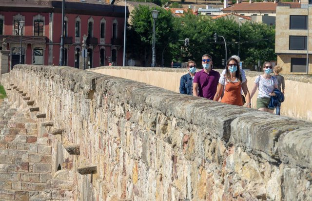 Turistas por pasean por el puente romano de la ciudad de Salamanca  durante la pandemia del Covid.19. Salamanca 24 de agosto del 2020