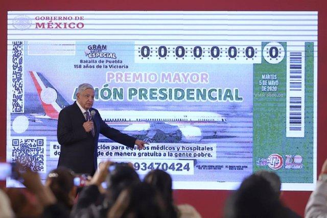 Andrés Manuel López Obrador presenta la papeleta del sorteo del avión presidencial