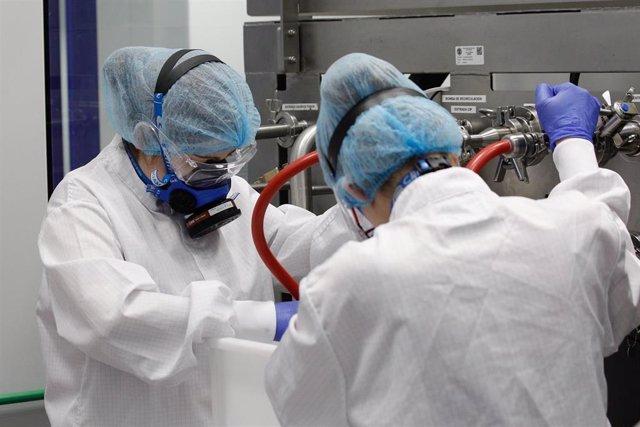 Varios trabajadores durante su jornada laboral en la Nave de Producción de medicamentos del Laboratorio del Centro Militar de Farmacia de la Defensa en la base logística de San Pedro.