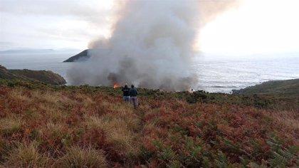 El incendio de Ons sigue activo y arrasa unas 4 hectáreas de monte raso, aunque su evolución es favorable