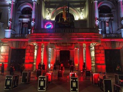 El Ayuntamiento de València se tiñe de rojo en la protesta del sector de los eventos y espectáculos