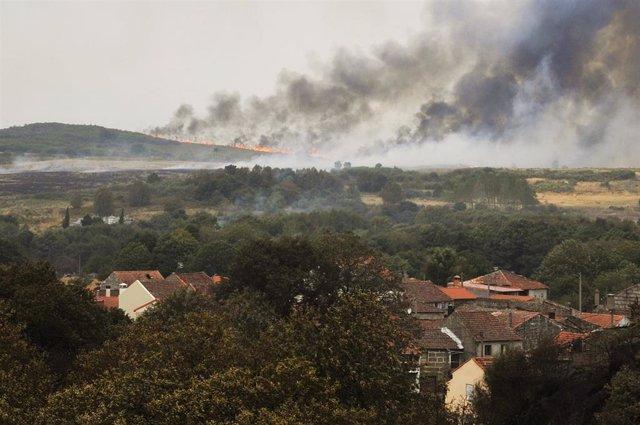 Vista de los puntos de fuego del incendio en la parroquia de Montes, en Cualedro, Ourense, Galicia (España), a 14 de septiembre de 2020.
