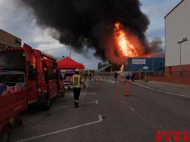 Incendi en una empresa de Sant Feliu de Llobregat (Barcelona)