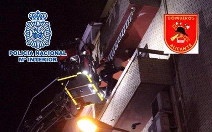 Rescatan a una mujer retenida y amenazada en su casa por su propio hijo en Alicante