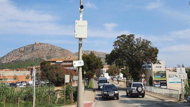 Pla general d'una de les càmeres lectores de matrícules instal·lades a Torrroella de Montgrí. Foto publicada el 19 de setembre del 2020 (horitzontal)