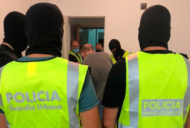 Pla tancat d'agents policials en un operatiu antidroga al barri tarragoní de Campclar on s'ha desmantellat el principal punt de venda de droga. Imatge publicada el 18 de setembre del 2020. (Horitzontal)