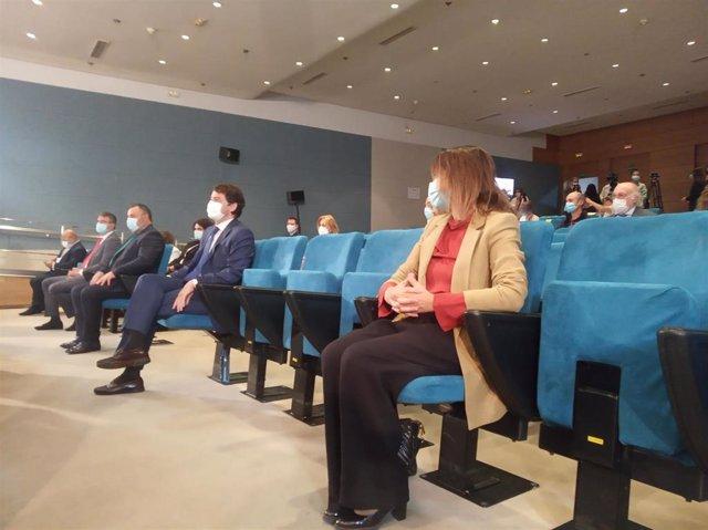 El presidente de la Junta, Alfonso Fernández Mañueco, inaugura el curso junto a la consejera de Educación, Rocío Lucas (en primer término).