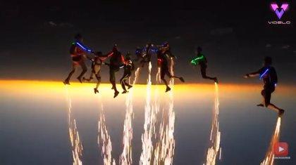 Pirotecnia y luces LED dan luz, color y espectáculo a esta impresionante exhibición de paracaidistas