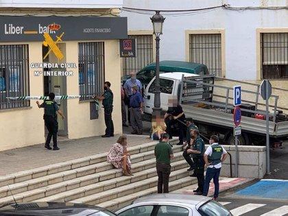 Atracan una sucursal bancaria en Cañaveral tras maniatar y encerrar a dos empleados y un cliente