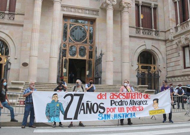 Pla general de la pancarta recordant l'assassinat no resolt de Pedro Álvarez fa 27 anys, davant les escales de l'Audiència de Barcelona, el 18-9-20 (horitzontal).