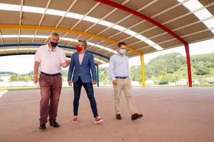 Zuloaga inaugura la mejora de la pista polideportiva de Güemes