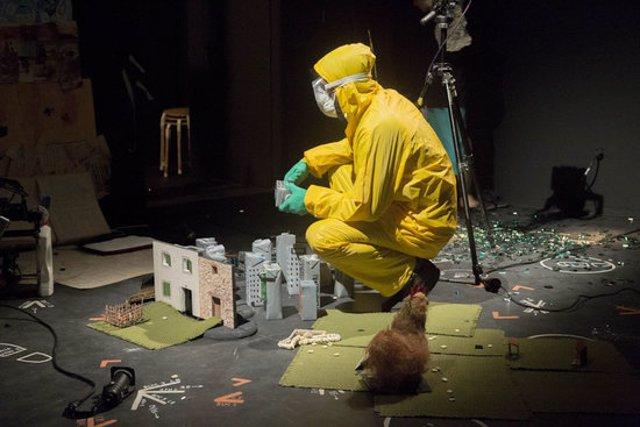 Imatge de l'espectacle 'Excalibur i altres històries d'animals morts', de la companyia Hermanas Picohueso, al festival RBLS. (Horitzontal)