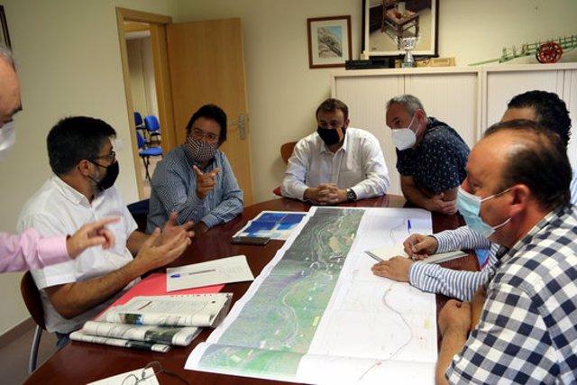 El secretari d'Infraestructures i Mobilitat, Isidre Gavín, reunit amb els alcaldes de Rialp, Gerard Sabarich, i de Sort, Raimon Monterde, per a tractar  el projecte de via ciclista entre els dos municipis el 18 de setembre del 2020. (horitzontal)