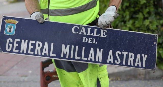 Sustitución de la placa de la calle del General Millán Astray en Madrid, en una imagen de archivo