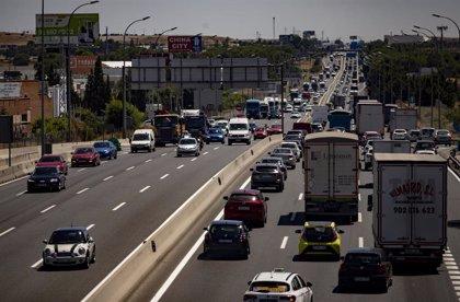 Varios kilómetros de atascos a las salidas de Madrid en casi todas las autovías y varias carreteras