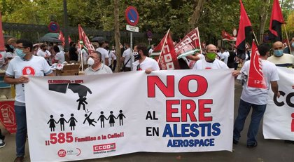 Concentración en la Plaza de España contra los 259 despidos planteados en la planta sevillana de Alestis