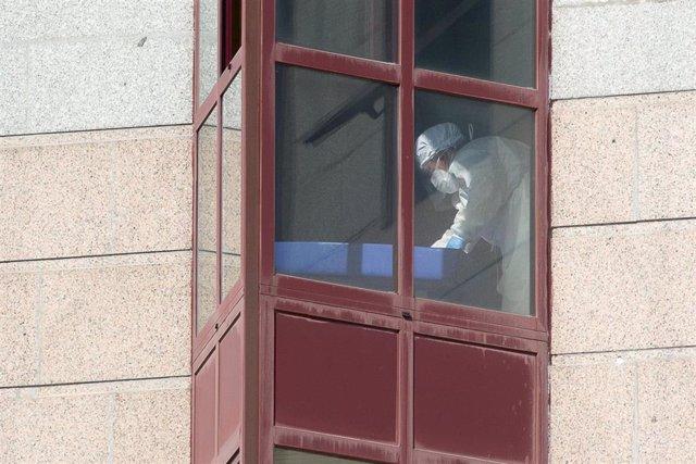 Un trabajador protegido en una residencia en Lugo