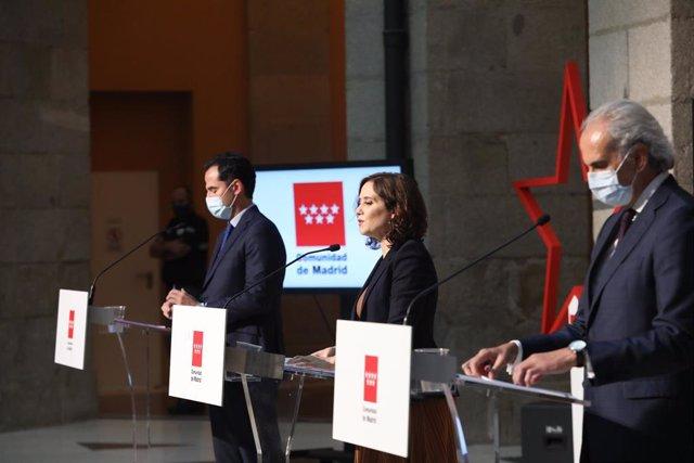 (I-D) El vicepresidente, consejero de Deportes, Transparencia y portavoz regional, Ignacio Aguado, la presidenta de la Comunidad de Madrid, Isabel Díaz Ayuso, y el consejero de Sanidad, Enrique Ruiz Escudero, a 18 de septiembre de 2020.