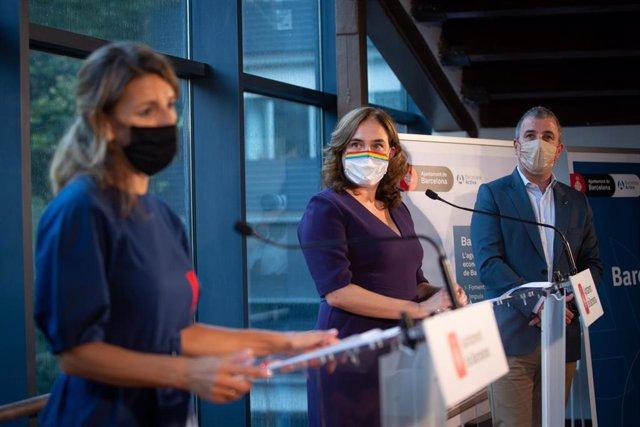 La alcaldesa de Barcelona, Ada Colau (d), y la ministra de Trabajo y Economía Social, Yolanda Díaz, durante la rueda de prensa convocada de manera presencial y telemática en Barcelona, Catalunya, (España), a 18 de septiembre de 2020. Según han anunciado,