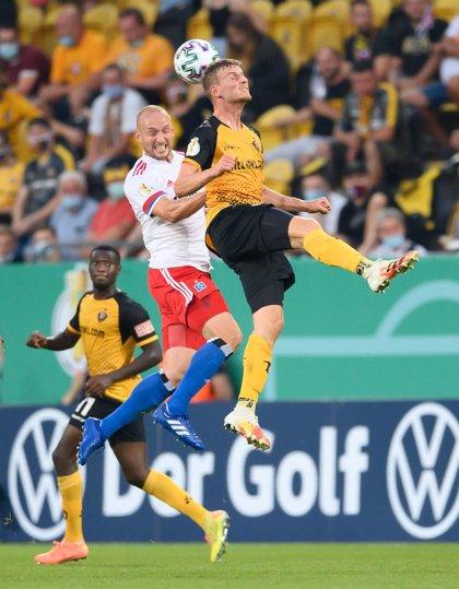 El defensa del Hamburgo Toni Leistner, sancionado con cinco partidos por agredir a un aficionado