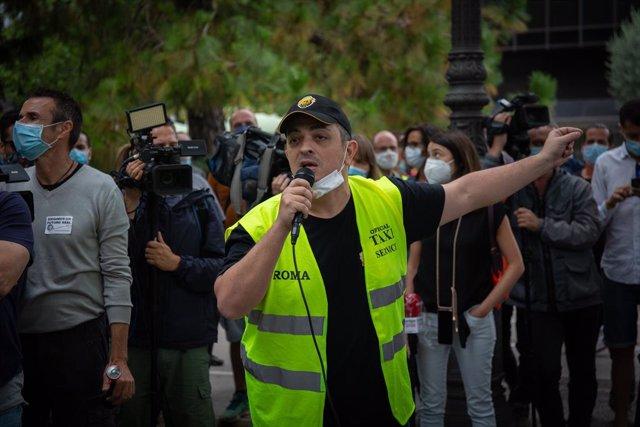 El portaveu del sindicat  Élite Taxi, Tito Álvarez, durant una de les marxes lentes convocada pels treballadors de Nissan pel tancament de les plantes de la Zona Franca. A Barcelona, Catalunya, (Espanya), a 4 de juny de 2020.