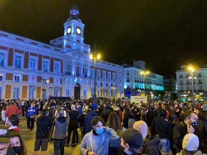 """Una concentración protesta en Sol contra las restricciones a 37 áreas de salud y reclama """"sanidad pública"""""""