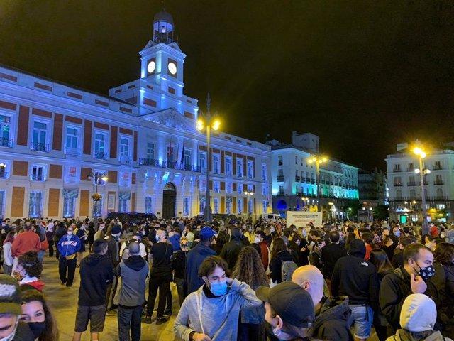 """Una concentración protesta en Sol contra el confinamiento de 37 áreas de salud y reclama """"sanidad pública"""""""