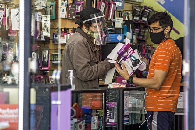 Imagen de archivo de varias personas en un comercio de Buenos Aires.
