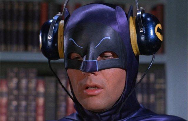 Adam West es Batman en la serie de televisión