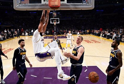 Anthony Davis guía a los Lakers al 1-0 ante los Nuggets