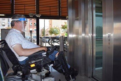 Metrovalencia facilita mandos a distancia de los ascensores a personas con movilidad reducida en brazos y manos