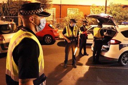 La Policía Local de Alicante interviene en 68 fiestas en una noche y denuncia a 21 personas por no llevar mascarilla